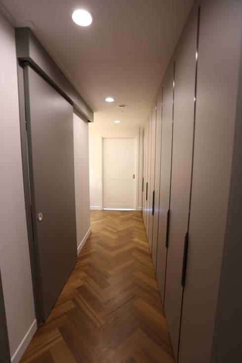 Couloir et hall d'entrée de style  par 디자인세븐