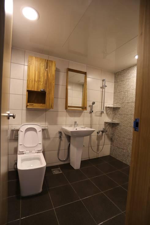 industrial Bathroom by 디자인세븐