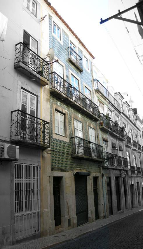 Edifício de habitação Rua do Norte 24 a 28 . Bairro Alto . Lisboa: Casas  por Pedro Ferro Alpalhão Arquitecto