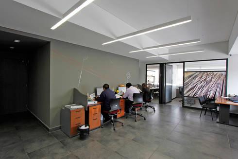 Corporativo JYJ: Estudios y oficinas de estilo moderno por ARCO Arquitectura Contemporánea