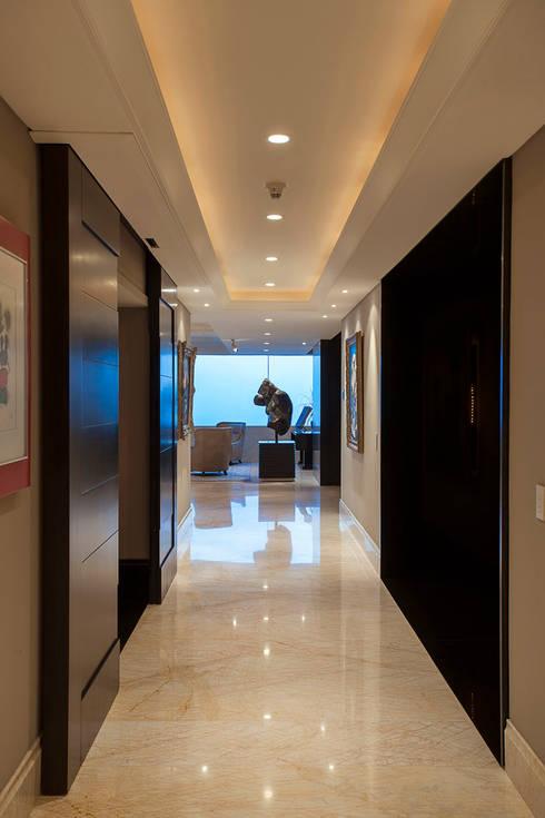 Departamento ASL : Pasillos y recibidores de estilo  por ARCO Arquitectura Contemporánea