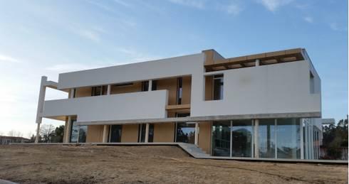 Casa de Agilde: Casas minimalistas por Hugo Pereira Arquitetos
