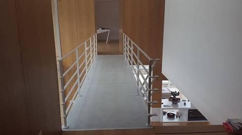 Casa de Agilde: Corredores e halls de entrada  por Hugo Pereira Arquitetos