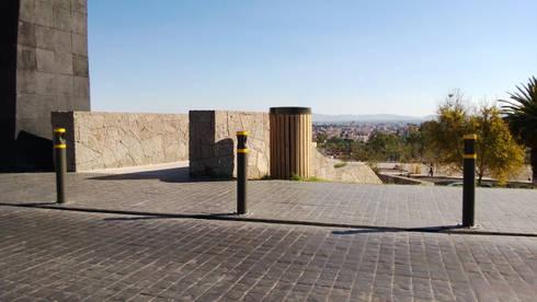Bolardo Monterrey: Jardín de estilo  por Diseño Neko