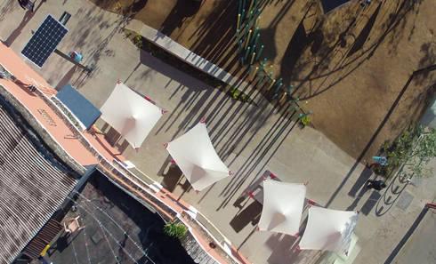 Vista superior de Parasoles Cuernavaca: Jardín de estilo  por Diseño Neko