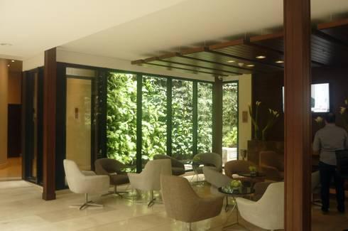 jardín vertical exterior: Hoteles de estilo  por ARQUIOBRA