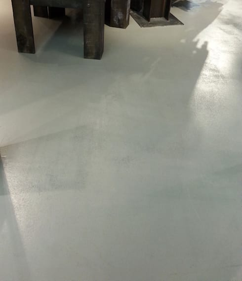 Excellent pavimento in resina grigia living pavimenti with for Resine per pavimenti cemento