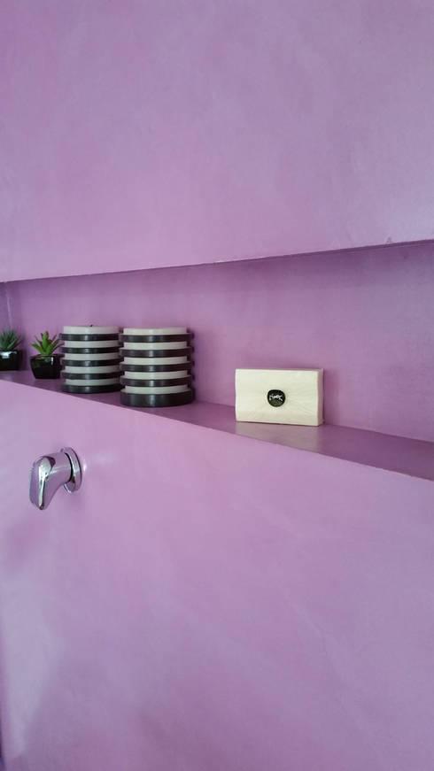 Elegant pareti bagno in resina colorata senza fughe bagno in stile in stile moderno di with - Rasare su piastrelle ...