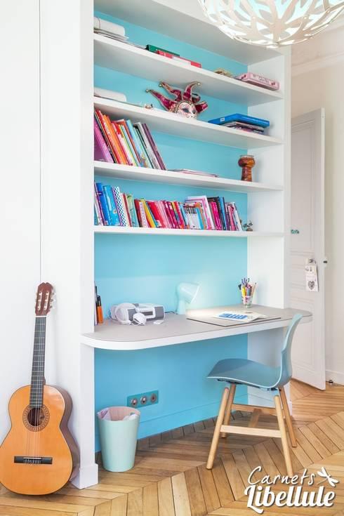 Espace bureau enfant: Chambre d'enfant de style  par Carnets Libellule