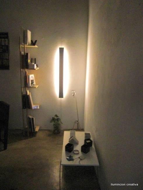 Iluminación decorativa: Salas/Recibidores de estilo moderno por iluminacion creativa