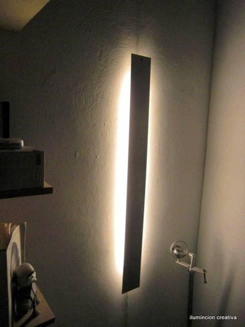 livings de estilo moderno por iluminacion creativa