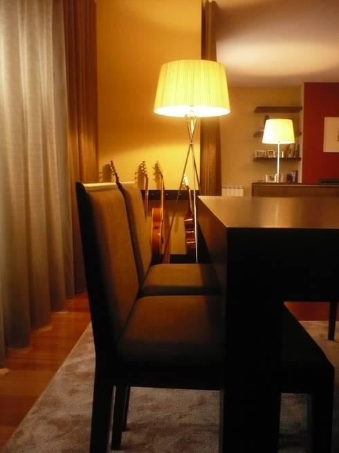 Apartamento Porto: Salas de jantar modernas por Kohde