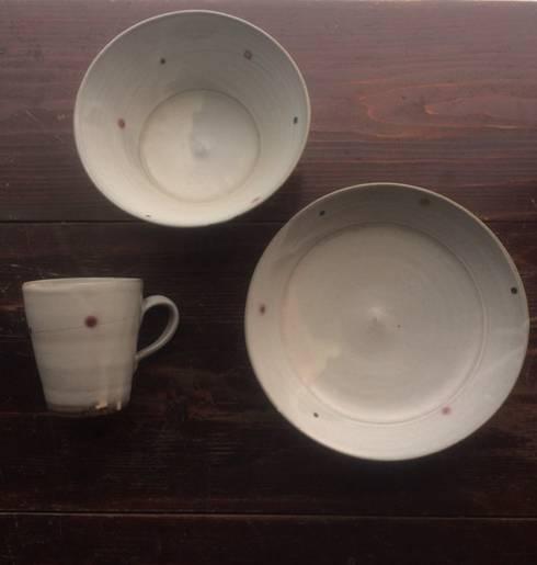 かねと窯点紋シリーズの器: keiichishimizu 丹波かねと窯が手掛けたキッチンです。