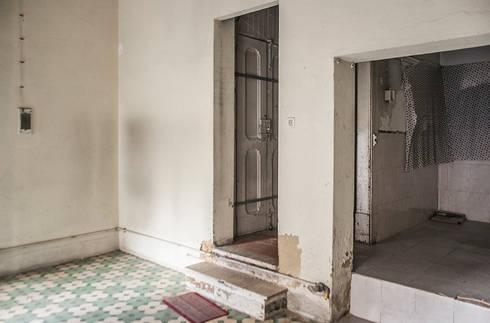 Before - Kitchen & Living Room:   por Architecture Tote Ser