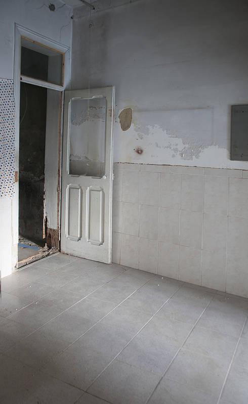 Before - Bedroom 1:   por Architecture Tote Ser