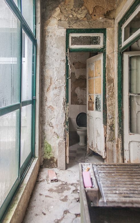 Before - Balcony:   por Architecture Tote Ser