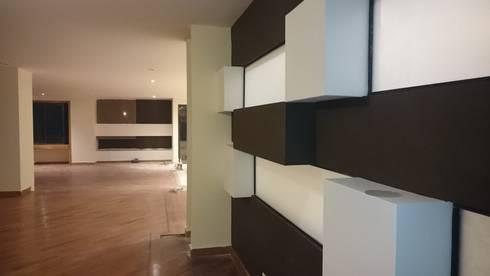 P273_AJC15: Salas de estilo moderno por Más Lados Arquitectura