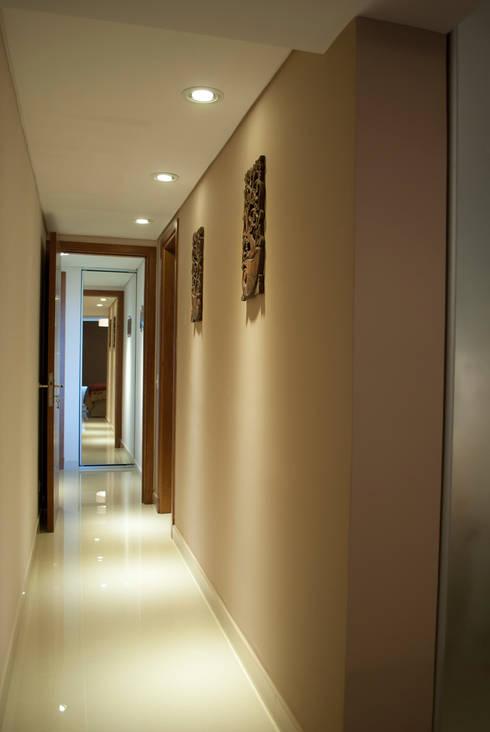 Pasillo de acceso al dormitorio ppal: Pasillos y recibidores de estilo  por Diseñadora Lucia Casanova