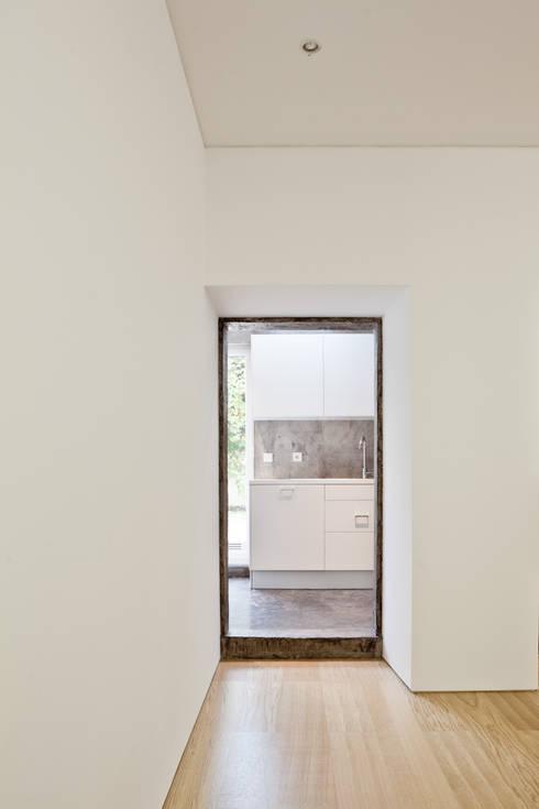 Apartamento no Restelo: Cozinhas  por phdd arquitectos