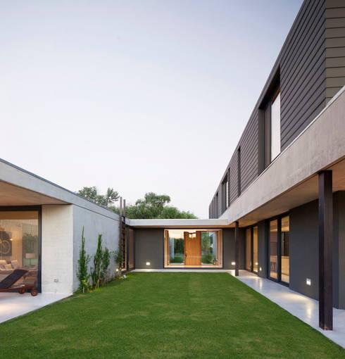 Vivienda Unifamiliar: Casas de estilo moderno por ACArqs