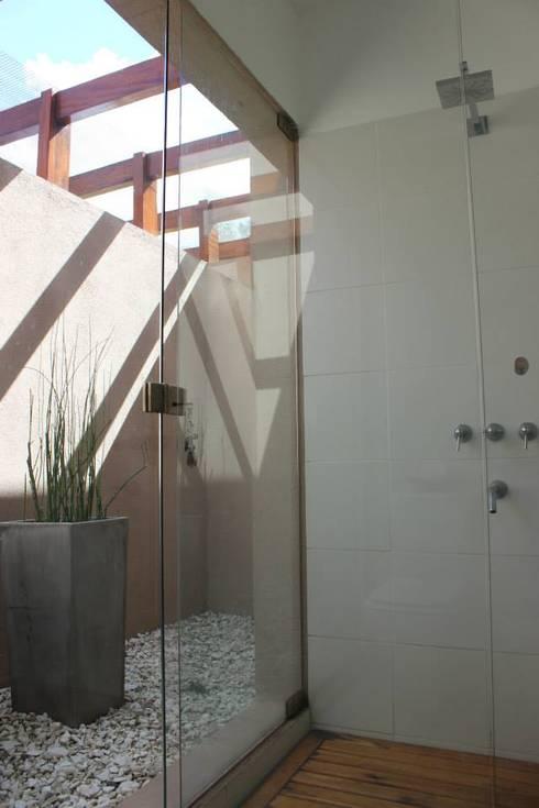 Baños y Cocinas: Baños de estilo moderno por Tondo Arquitectura