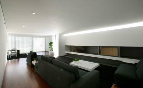 casa na Trofa: Salas de estar modernas por aaph, arquitectos lda.
