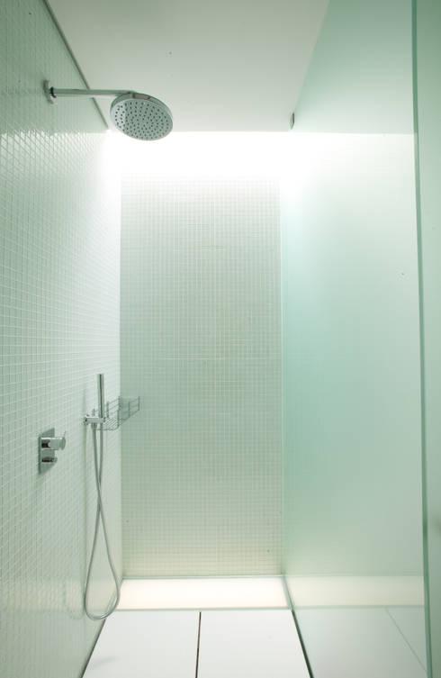 Baños de estilo moderno de aaph, arquitectos lda.