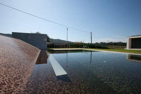 casa na Trofa: Piscinas modernas por aaph, arquitectos lda.