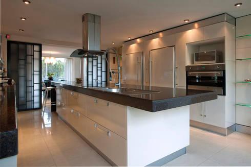 Casa LC: Cocinas de estilo moderno por ARCO Arquitectura Contemporánea