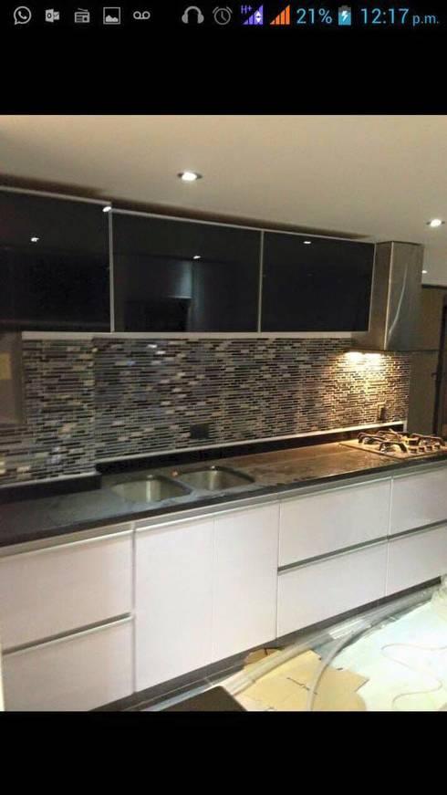 Cocina con pared en piedra: Cocinas de estilo  por Diseños & cocinas integrales -  Divicocinas