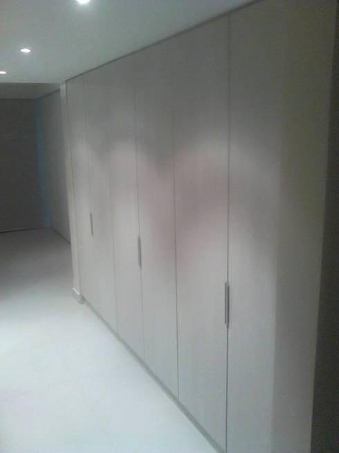 Mobiliario a su medida: Salas/Recibidores de estilo moderno por Emrotaca