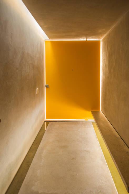 CASA GABRIELA: Pasillos y recibidores de estilo  por TACO Taller de Arquitectura Contextual