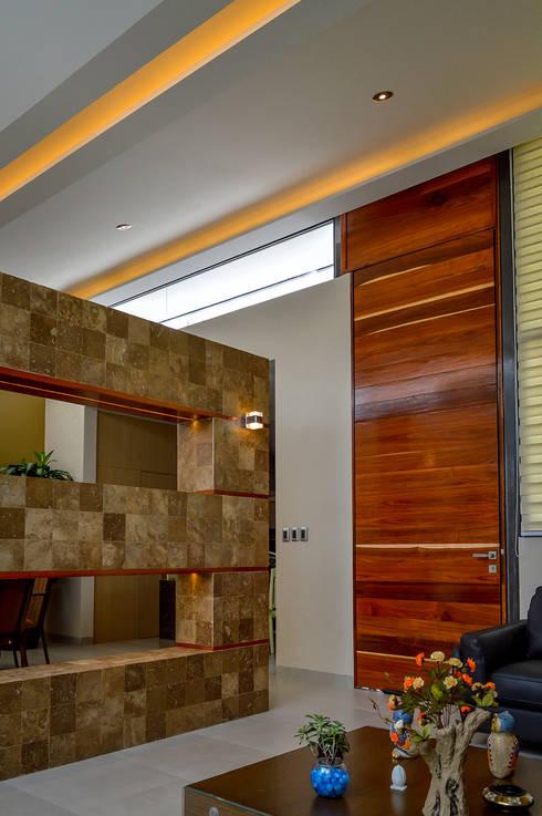 Pasillos y hall de entrada de estilo  por Wowa