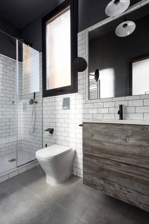GRAN VIA LOFT: Baños de estilo  de Cuarto Interior