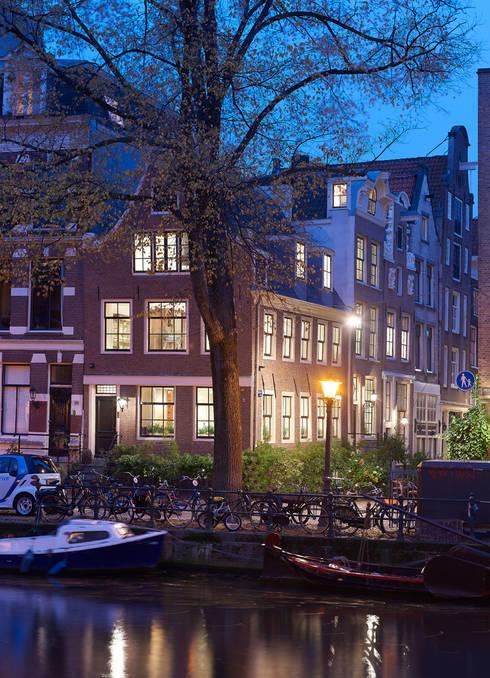 Hoek Herengracht en Bergstraat: eclectische Huizen door Architectenbureau Vroom