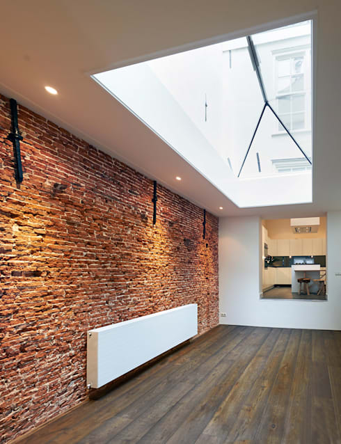 woonkamer, de drie decoratieve muurankers vormen een constructief onderdeel voor het buurpand!: mediterrane Woonkamer door Architectenbureau Vroom