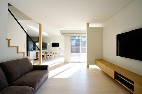 アウトリビングのある家: 青木建築設計事務所が手掛けたリビングです。