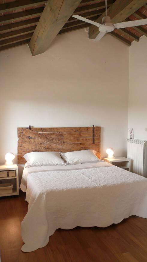 Fienile in Toscana: Camera da letto in stile in stile Moderno di Studio Sarpi