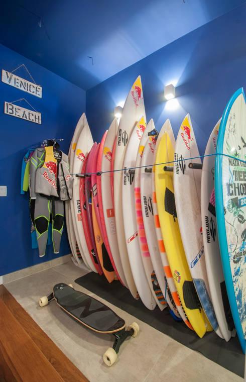 APARTAMENTO JARDIM OCEÂNICO | Equipamentos Surf: Corredores e halls de entrada  por Tato Bittencourt Arquitetos Associados