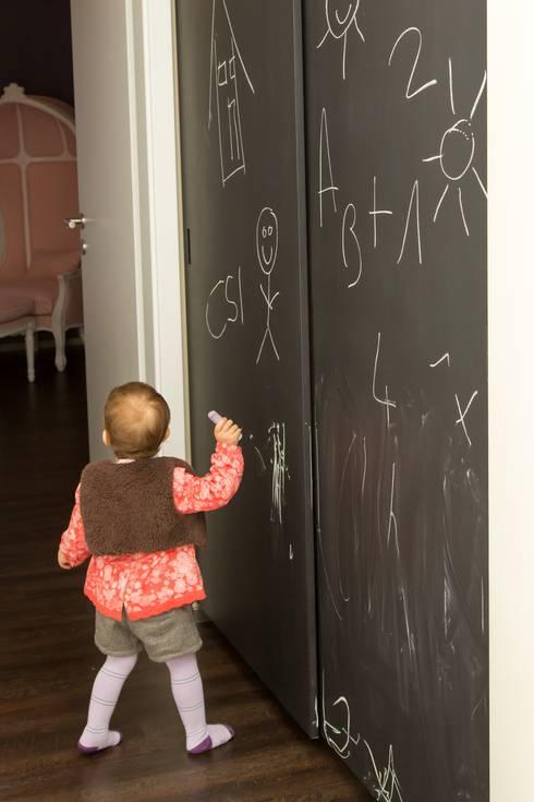 Chambre bébé-enfant fille: Chambre d'enfant de style  par CSInterieur