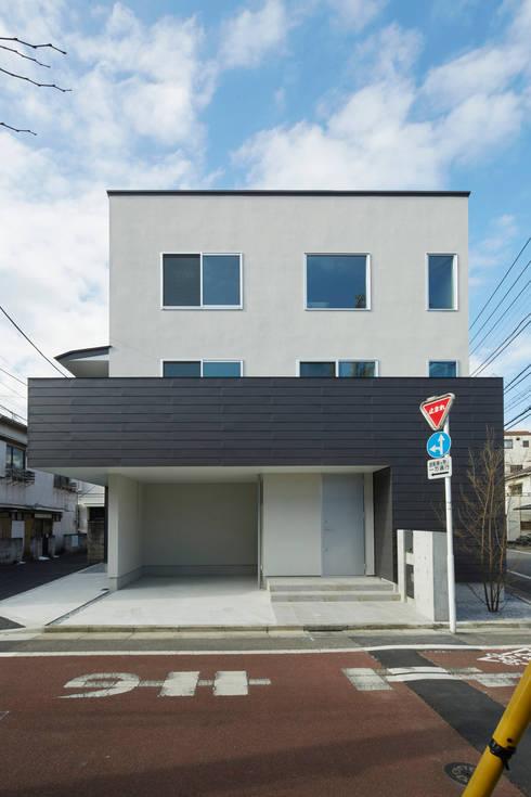 要町の家 吹抜けを通して光が溢れる家: エトウゴウ建築設計室が手掛けた家です。