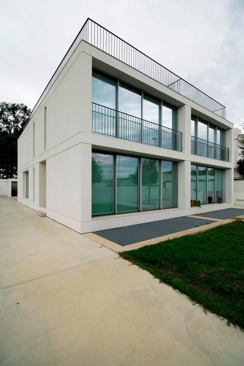 Casas Beiriz: Casas minimalistas por GMAISNV, LDA