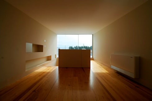 Casas Beiriz: Salas de estar minimalistas por GMAISNV, LDA