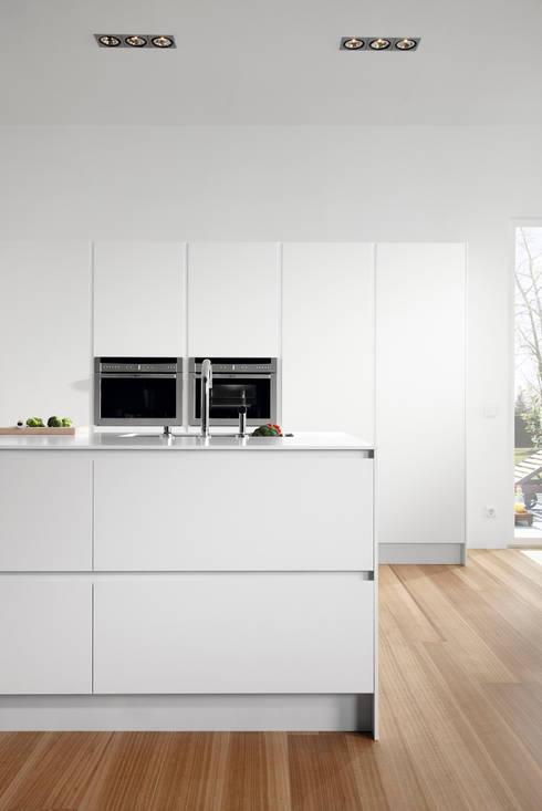 SERIE 45 Blanco Polar_Isla: Cocinas de estilo moderno de VIVESPACIO