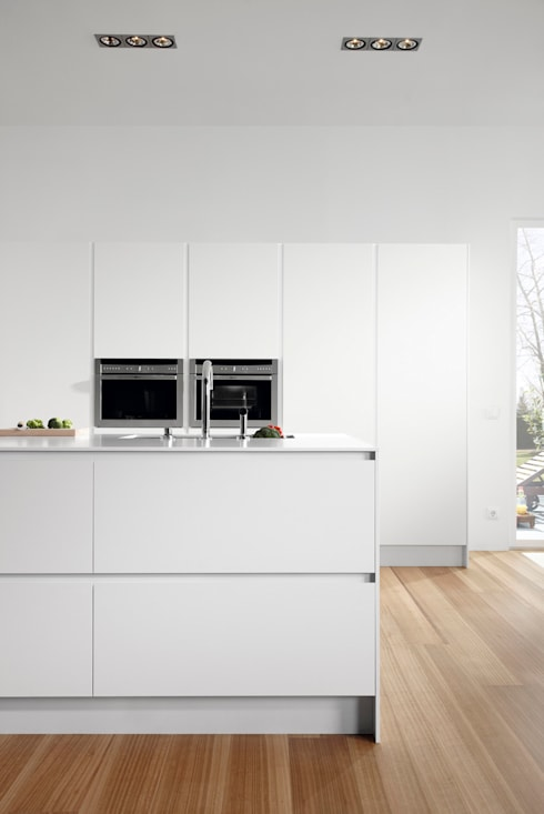 SERIE 45 Blanco Polar_Isla: Cocinas de estilo  de VIVESPACIO
