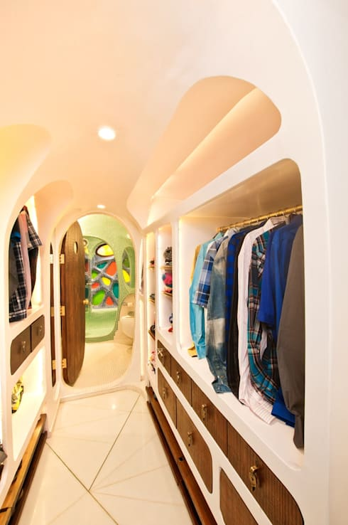 Walk-in wardrobe: modern Dressing room by The White Room