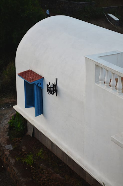 Mediterranean style vaults and windows:  Houses by The White Room