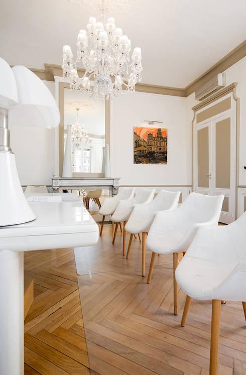Ancien salon réhabilité en salle de réunion: Salon de style de style Moderne par réHome