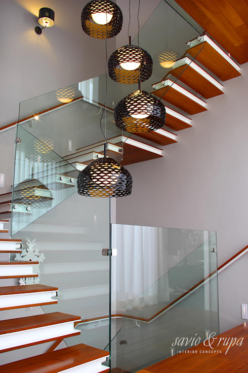 Cantilevered Staircase:  Corridor, hallway & stairs  by Savio and Rupa Interior Concepts