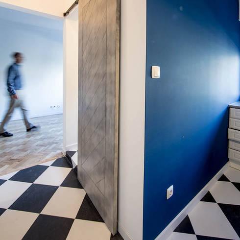 Remodelação de apartamento: Corredores e halls de entrada  por Architect Your Home